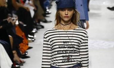 """A Dior começou o dia na semana de moda de Paris verão 2018 homenageando artistas mulheres e discutindo por que há menor quantidade delas no mundo das artes. A pergunta """"por que não existem grandes artistas mulheres"""" foi do desfile Foto: Francois Mori / AP"""