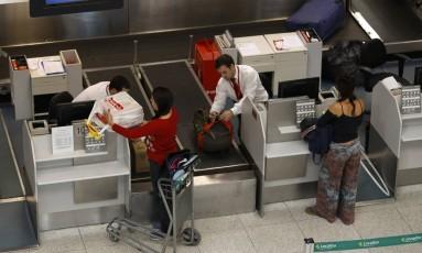 O custo da mala. Passageiros despacham bagagem no Aeroporto Santos Dumont: Senacon quer comprovação de queda de preços a partir da cobrança Foto: Pablo Jacob/07-08-2017