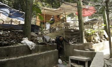 Agentes da Core fazem operação na localidade de Vila Verde, no alto da Favela da Rocinha, onde jovem de 17 anos que está desaparecido morava Foto: Gabriel Paiva / Agência O Globo