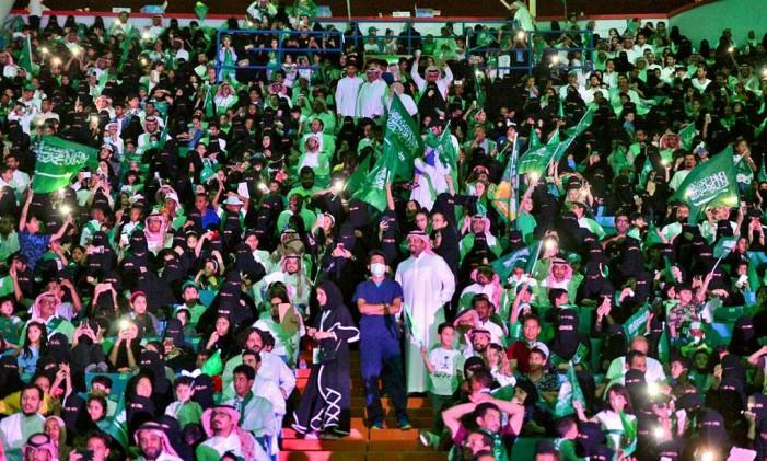 Homens e mulheres sauditas participam de cerimônia nacional no estádio King Fahd, em Riad Foto: AP