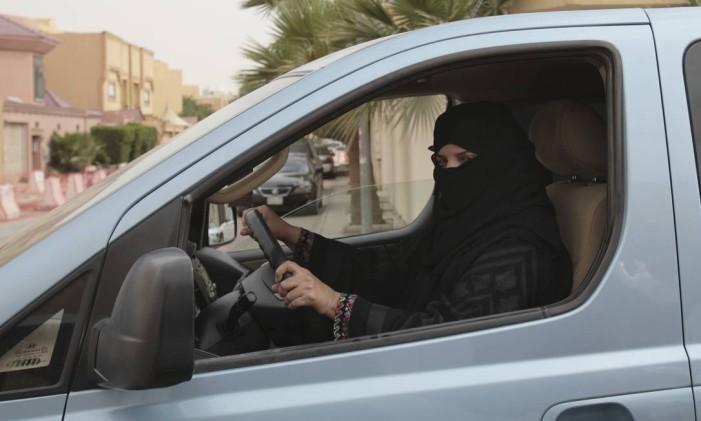 Uma mulher dirige um carro em Riad, na Arábia Saudita, como parte de uma campanha para desafiar a proibição da Arábia Saudita sobre as mulheres dirigindo Foto: Hasan Jamali / AP