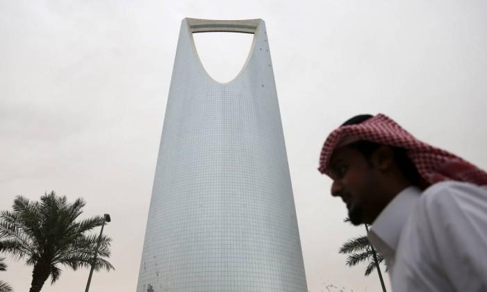 Um homem passa em frente à Kingdom Centre Tower, em Riad, capital da Arábia Saudita Foto: Faisal Nasser / Reuters