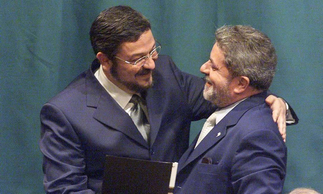 Na primeira reunião ministerial do governo Lula, a poucos dias da posse, um abraço entre o presidente e o ministro: Palocci foi escalado para ser o líder da equipe econômica Foto: Givaldo Barbosa / Agência O Globo / 27-12-02