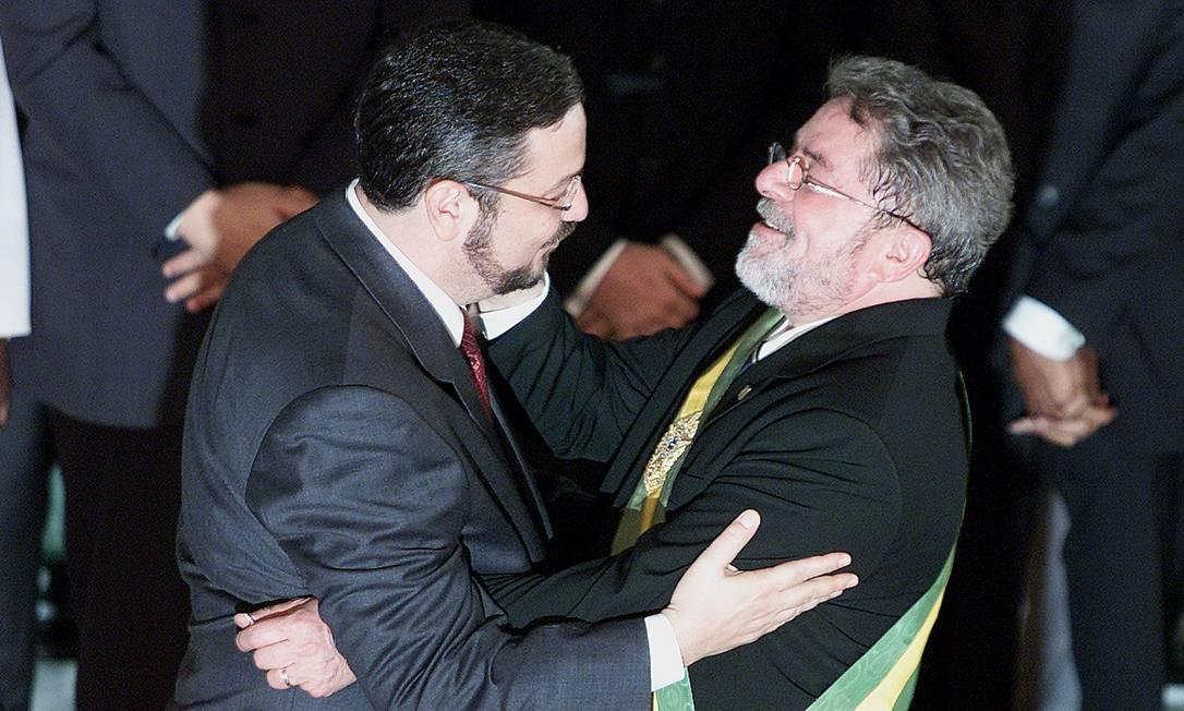Cumprimentos ao novo presidente: Palocci abraça Lula na posse do petista Foto: Ailton de Freitas / Agência O Globo / 1-1-03