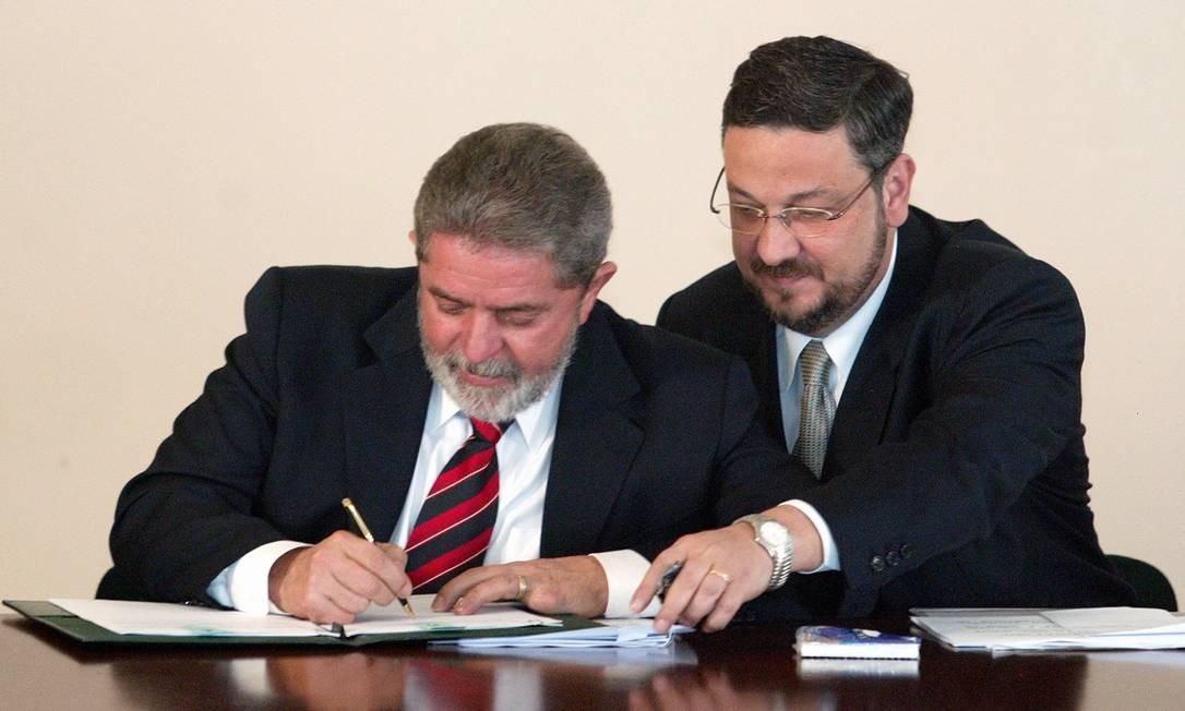 Assinatura de programa de crédito no primeiro ano da gestão de Lula: Palocci era o titular da Fazenda Foto: Roberto Stuckert Filho / 17-9-03