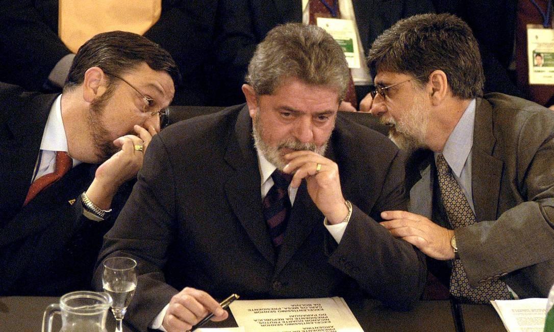Palocci, Lula e o ex-ministro das Relações Exteriores Celso Amorim na reunião do Mercosul em dezembro de 2003 Foto: Marcos Miraz / AFP / 16-12-03