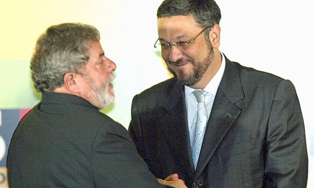 Aperto de mãos entre o presidente e o ministro na sanção da lei que criou o programa Universidade para Todos (ProUni), em 2005 Foto: Gustavo Miranda / 13-01-05
