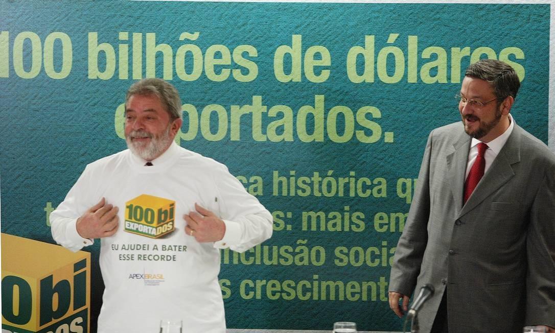 Juntos em cerimônia para marcar USR$ 100 bilhões exportados durante reunião com empresários, em 2005 Foto: Aílton de Freitas / 28-3-05