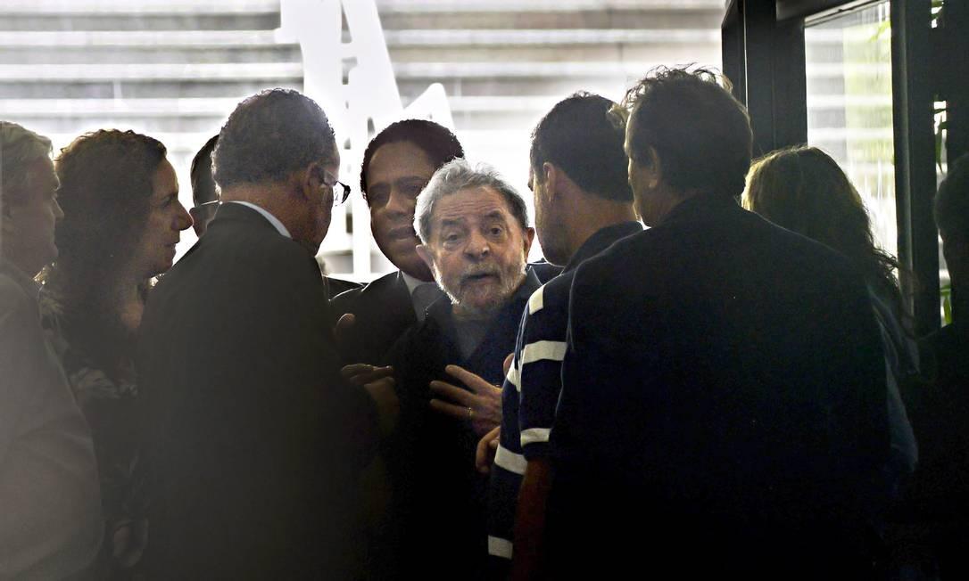 O ex-presidente Luiz Inácio Lula da Silva é conduzido a depor na Lava-Jato: investigações atingem a cúpula do PT em março de 2016 Foto: Marcos Bizzotto / 4-3-2016