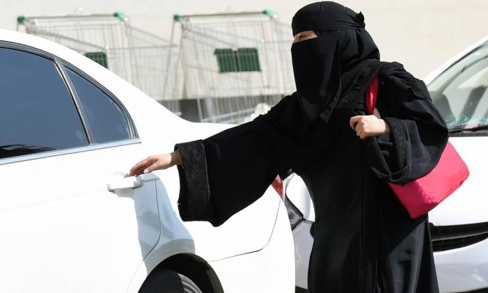 Uma mulher saudita pega um táxi num shopping em Riad Foto: FAYEZ NURELDINE / AFP