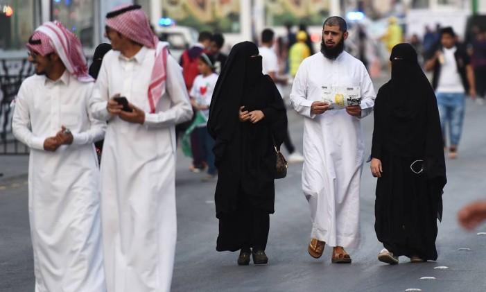 Pessoas caminham na capital da Arábia Saudita, Riad Foto: FAYEZ NURELDINE / AFP