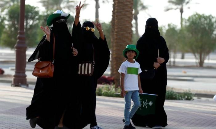 Mulheres da Arábia Saudita passeam em Riad Foto: FAISAL AL NASSER / REUTERS