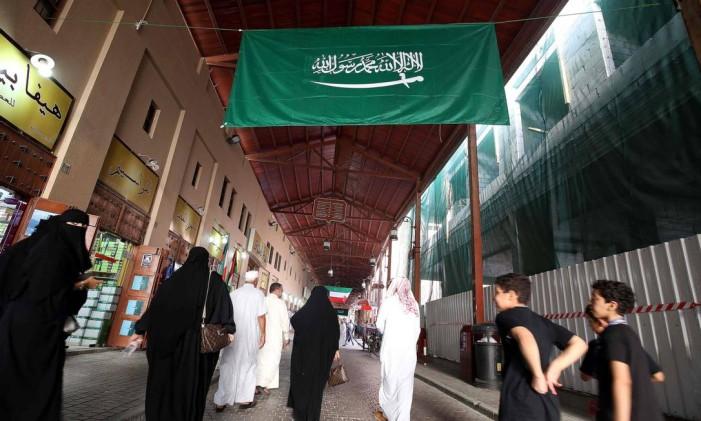 Uma bandeira saudita é vista num mercado na Cidade do Kuwait Foto: YASSER AL-ZAYYAT / AFP