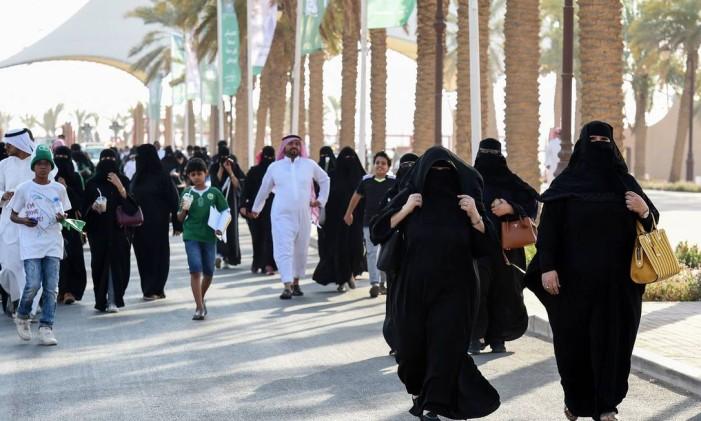 Famílias sauditas chegam a um estádio para comemorar o aniversário da fundação do reino, em Riad Foto: FAYEZ NURELDINE / AFP