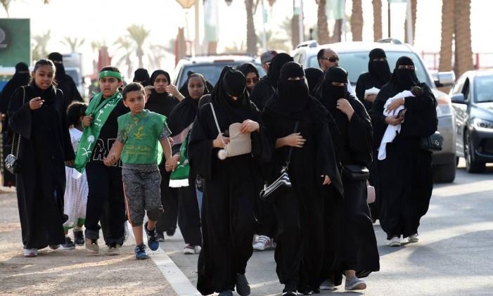 Famílias chegam a um estádio em Riad Foto: FAYEZ NURELDINE / AFP