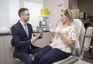 O cirurgião plástico Bruno Herkenhoff recomendou à Michele a mastopexia sem implante Foto: Analice Paron / Analice Paron