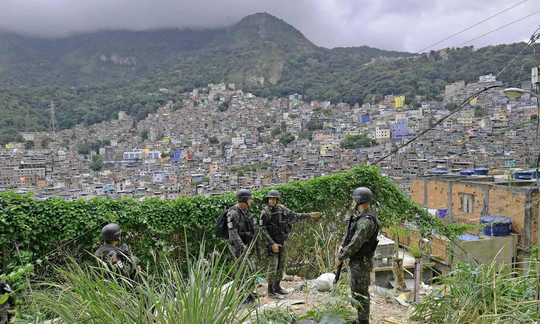 Pela mata da Rocinha é possível ir para vários regiões da cidade. Na foto, militares do Exército durante operação na favela da Zona Sul Foto: Carl de Souza / AFP
