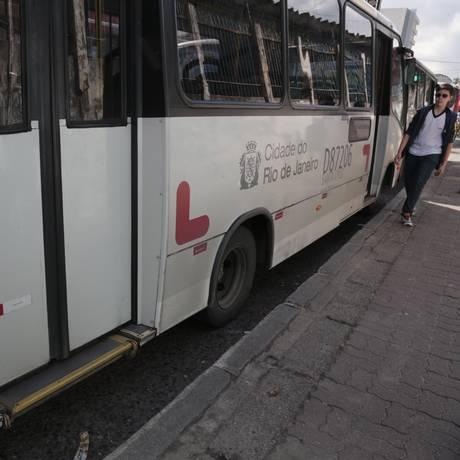 Má conservação de ônibus da cidade do Rio poderá ser avaliada por usuários em aplicativo do Idec Foto: Roberto Moreyra / Agência O Globo