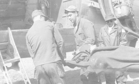 No front. Fernanda Reis (de óculos), enviada especial do GLOBO à Guerra da Coréia, observa o embarque de um soldado ferido Foto: 1951 / Arquivo
