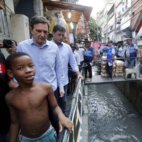 Prefeito Marcello Crivella percorre becos e vielas da Rocinha Foto: Domingos Peixoto / Agência O Globo