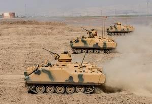 Ameaça. Tanques turcos na fronteira do país com o Curdistão iraquiano Foto: ILYAS AKENGIN / ILYAS AKENGIN/AFP