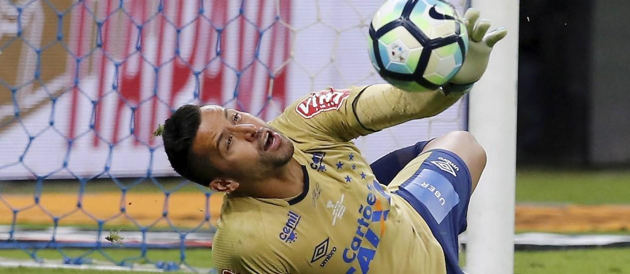 Fábio defende a cobrança de Diego nos pênaltis Foto: Marcelo Theobald