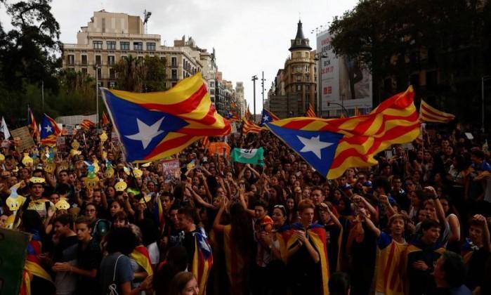 Estudantes protestam em favor de referendo independentista com bandeiras catalãs em Barcelona- JUAN MEDINA  REUTERS