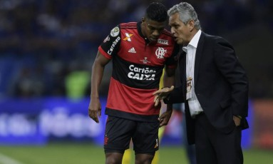 Berrío escuta orientação do técnico Reinaldo Rueda em foto de arquivo Foto: Alexandre Cassiano / Agência O Globo