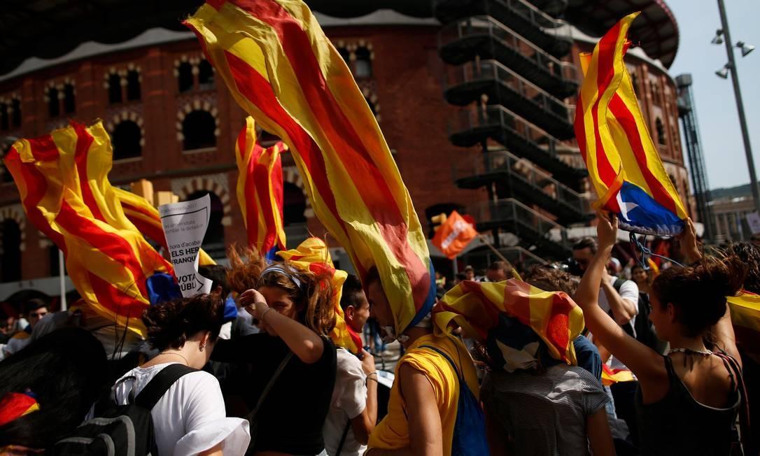 Manifestantes protestam contra a repressão do governo central de Madri contra o referendo marcado para 1º de outubro; dirigentes catalães foram presos por apoiar a votação Foto: JON NAZCA / REUTERS