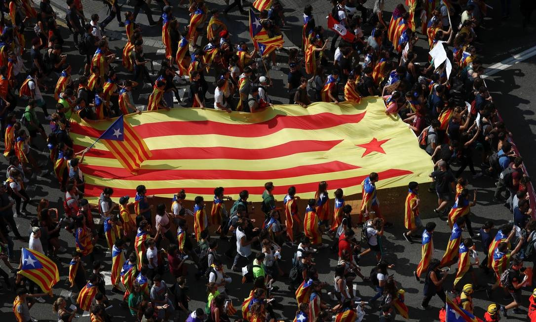 Jovens carregaram Estelada, a bandeira catalã independentista, pelas ruas de Barcelona; manifestação teve foi a maior da campanha separatista Foto: JUAN MEDINA / REUTERS