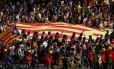 Estudantes em greve protestam em favor de referendo independentista em Barcelona; eles carregam uma Estelada, a bandeira catalã separatista