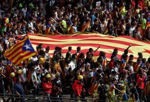 Estudantes em greve protestam em favor de referendo independentista em Barcelona; eles carregam uma Estelada, a bandeira catalã separatista Foto: JUAN MEDINA / REUTERS