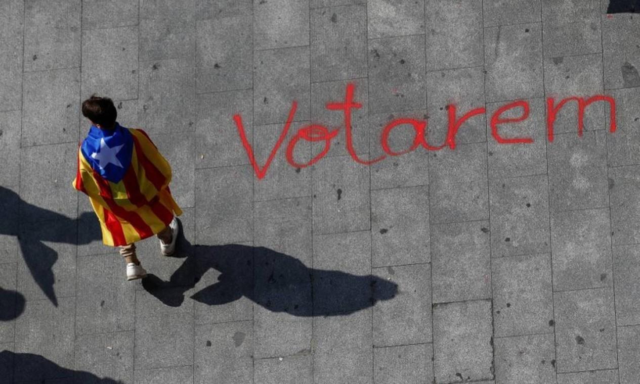 Jovens aderiram em massa à causa do referendo para votar separação catalã da Espanha; frente à repressão de Madri, sairam às ruas para incentivar comparecimento às urnas Foto: JUAN MEDINA / REUTERS