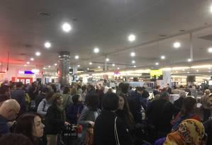 Pelo Twitter, passageiro registrou longas filas no check in da Qatar Airways, em aeroporto de Melbourne, Austrália Foto: REPRODUÇÃO/INTERNET