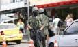 Militares com rosto protegido por balaclava em rua da Rocinha