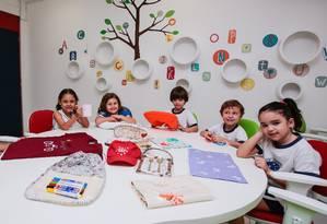Uma das atividades do evento é a Oficina do Empreendedor, na qual alunos expõem e vendem itens criados durante as aulas Foto: Brenno Carvalho / Agência O Globo