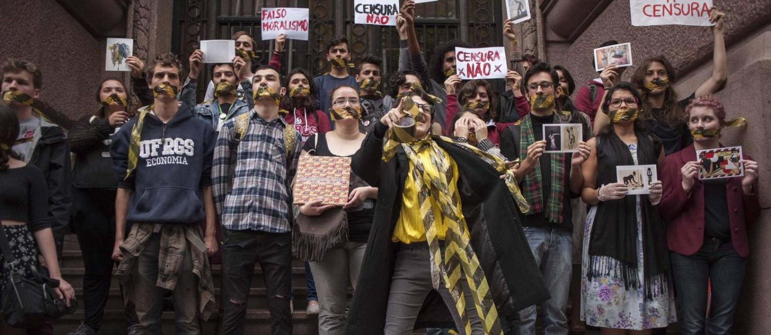 """No dia 12 de setembro, manifestantes pediram a reabertura da mostra """"Queermuseu"""" em frente ao Santander Cultural Foto: Cau Guebo/Raw Image/Agencia O Globo / Agência O Globo"""