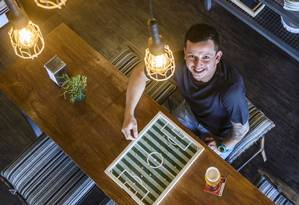 Raphael Chang, dono do Beer Cult, investiu em uma decoração divertida para o ambiente Foto: Agência O Globo / Fabio Cordeiro