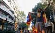 Produtores agrícolas estacionam tratores em Barcelona para protestar em favor do referendo independentista catalão