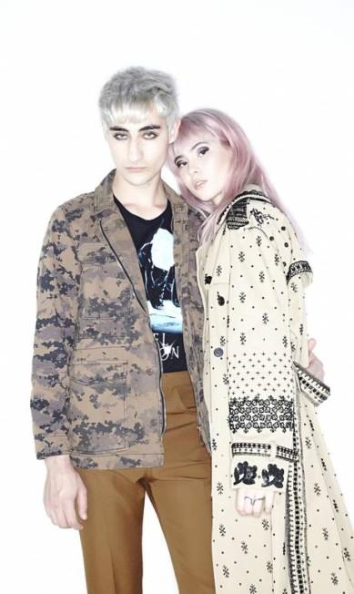 Eduardo usa jaqueta e camiseta, ambas Ellus, e calça Prada. Maria Fernanda usa casaco Valentino e anel Brennheisen Vitor Pickersgill