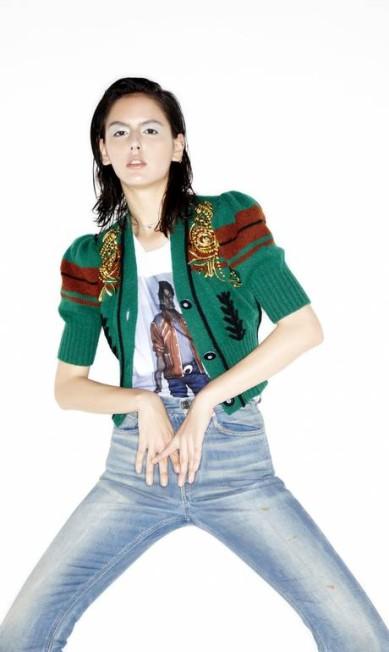 Top Miu Miu, calça Gucci, camiseta Ellus e gargantilha VOA Vitor Pickersgill
