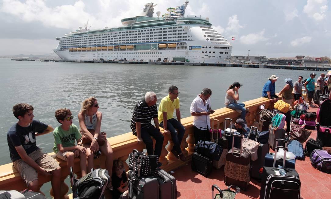 Pessoas em Porto Rico se aglomeram para embarcar no cruzeiro da Royal Caribbean, em direção aos EUA Foto: ALVIN BAEZ / REUTERS