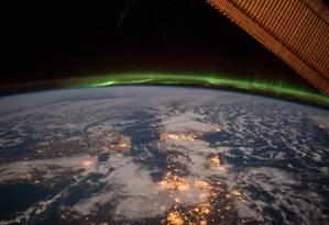 Foto tirada pelo astronauta Terry Virts em fevereiro de 2015, mostrando o Reino Unido e a Escandinávia, com uma aurora ao fundo e, claro, a curvatura da Terra Foto: NASA