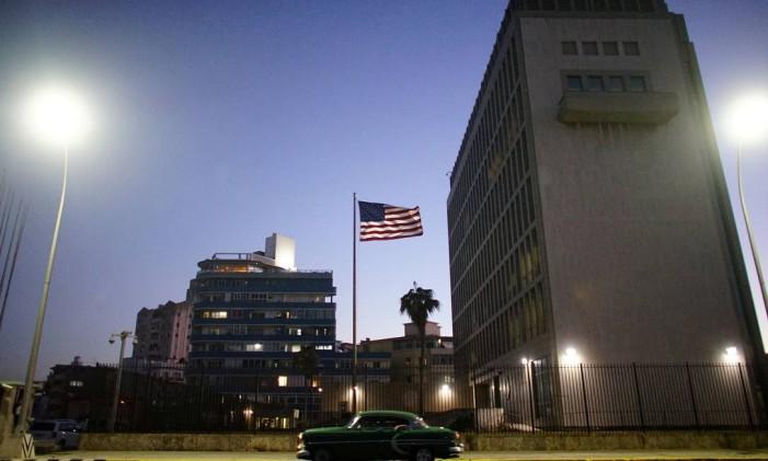 Um carro antigo passa em frente à embaixada dos EUA em Havana Foto: Alexandre Meneghini / REUTERS