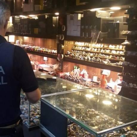 Fiscal da Receita Federal durante operação no comércio de SP Foto: Divulgação/Receita Federal