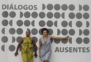 """Gessica Justino e Eneida Sanches no Galpão Bela Maré, que sedia a coletiva """"Diálogos ausentes"""" Foto: Márcia Foletto / Agência O Globo"""