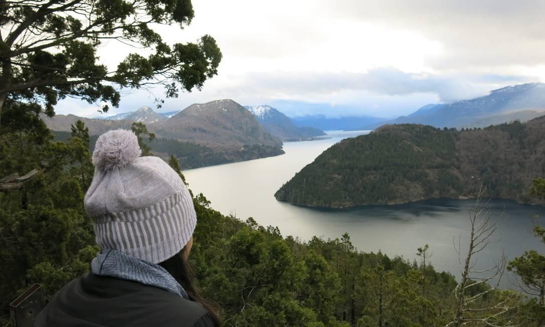 Visitante observa o Lago Lácar de um mirante durante o inverno Foto: Eduardo Maia / O Globo