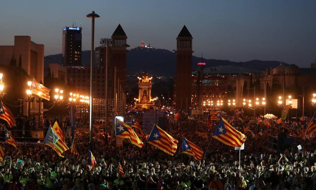 Manifestantes agitam bandeiras separatistas em Barcelona, Catalunha Foto: SUSANA VERA / REUTERS