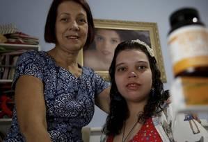 Deolinda e a filha Jéssica, de 26 anos, que tem uma síndrome rara e sofria convulsões diárias desde os 5 anos: melhora com o canabidiol Foto: Fábio Guimarães