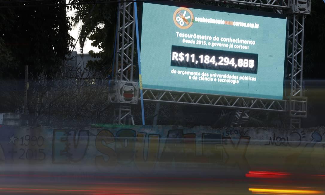 O 'tesourômetro' da ciência brasileira inaugurado no campus da UFRJ da Praia Vermelha em junho deste ano: valor dos cortes hoje já ultrapassa R$ 12 bilhões Foto: Pablo Jacob/22-06-2017